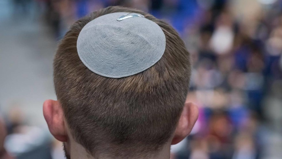 Knife-wielding girl kicks & harasses Vienna rabbi in extensively condemned anti-Semitic incident